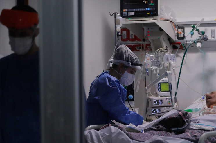 Internados voltam a subir em dia com menos mortes e menos casos de covid-19
