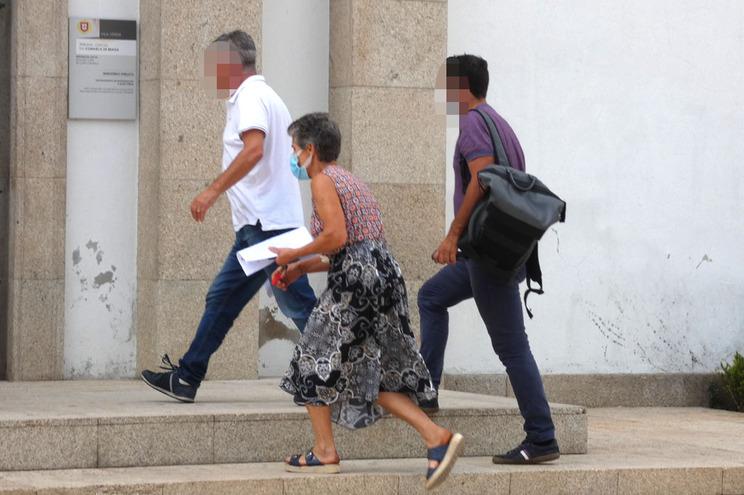 A suspeita esta tarde à entrada do Palácio da Justiça de Vila Verde