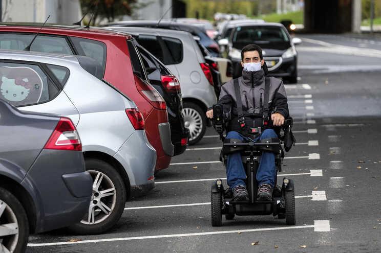 Sem passeio, Sérgio tem de ir pela estrada e a ouvir buzinadelas até encontrar uma passadeira acessível