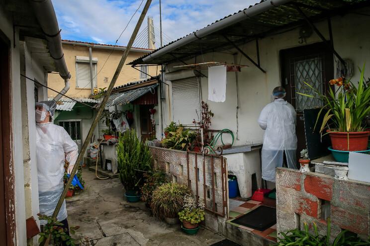 Milhares de famílias suportam o confinamento em habitações de norte a sul do país com deficiente aquecimento