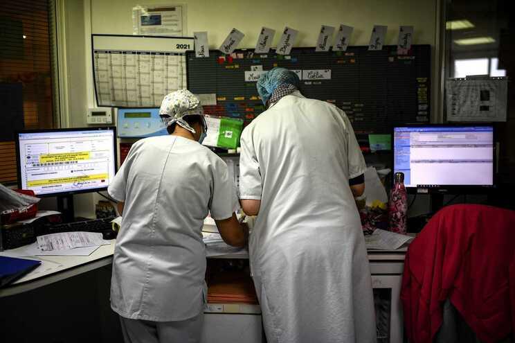 Médicos têm pressionado Governo para um confinamento total