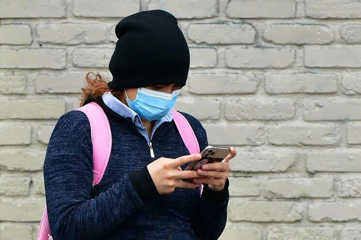 Na Alemanha, aconselha-se o uso de máscaras em locais públicos, mesmo por pessoas sem sintomas