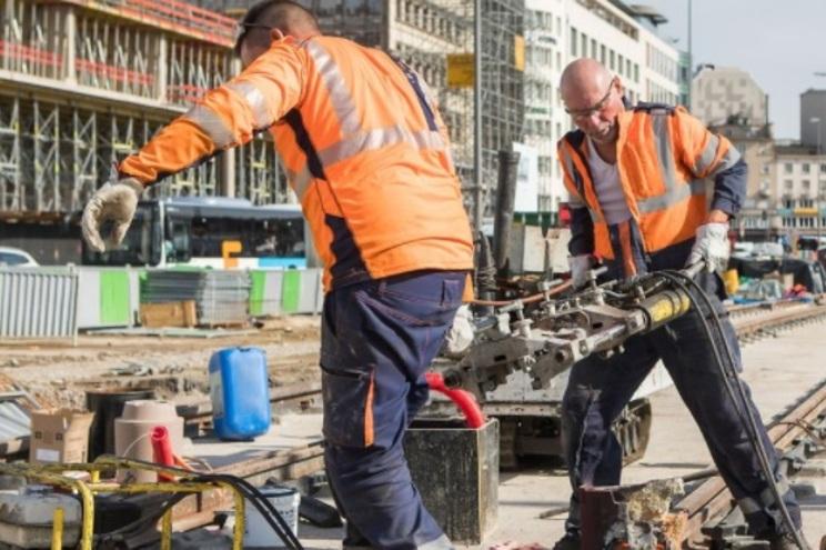 A construção civil, por exemplo, é um dos setores onde trabalham muitos portugueses e foi o primeiro