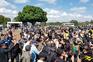 Bolsonaro cumprimenta apoiantes sem máscara em aglomeração com motards