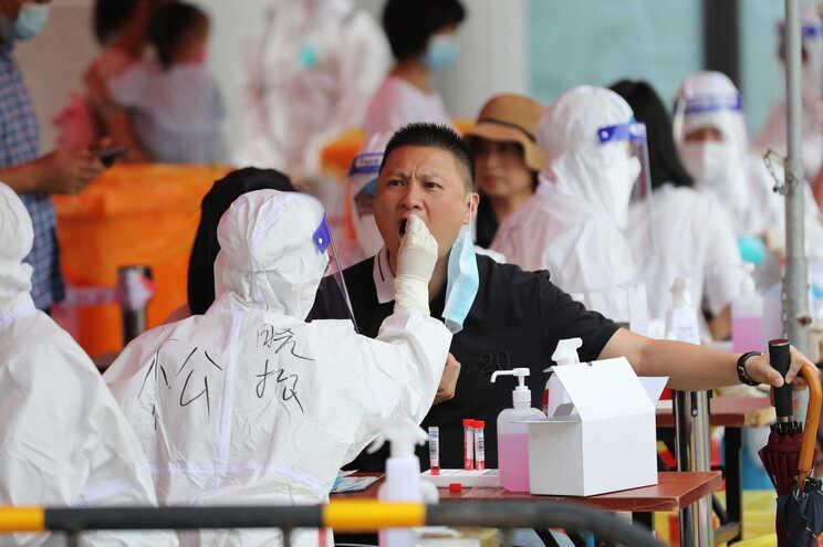 China adota a realização de testes em massa nos locais onde é detetado um novo surto