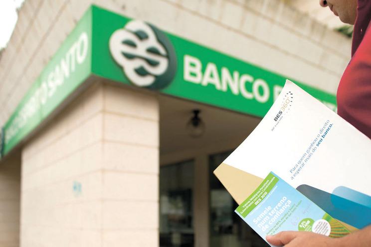 Ré receava que o seu banco fosse à falência e decidiu guardar as poupanças em casa