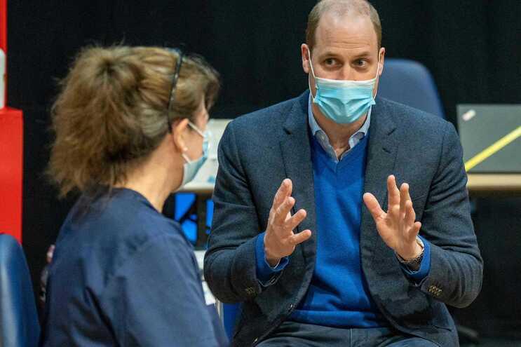 Príncipe visitou esta segunda-feira um posto de vacinação em Inglaterra