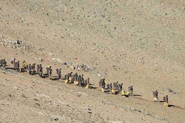China e Índia anunciam retirada de tropas em área disputada dos Himalaias