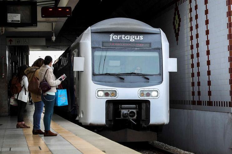 Doze comboios da Fertagus circularam até às 9 horas devido à greve dos trabalhadores da IP