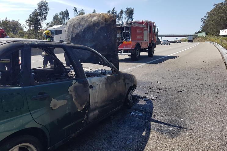Carro foi destruído pelas chamas