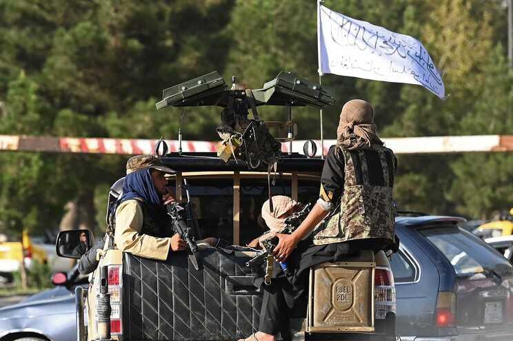 Perante o risco de poderem aumentar os ataques na zona, os talibãs bloquearam o acesso às estradas que