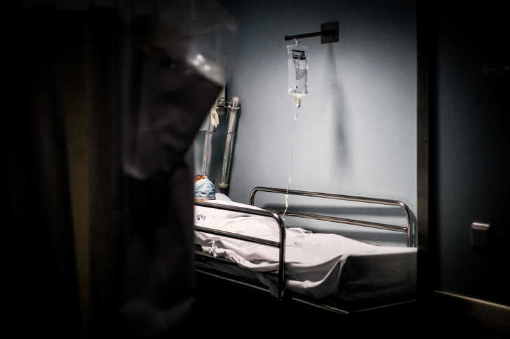 Neste momento, há 223 pessoas internadas com a doença, 71 em cuidados intensivos