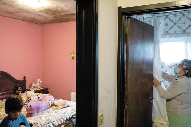 Maria da Glória Valente tem os tetos negros por causa da humidade