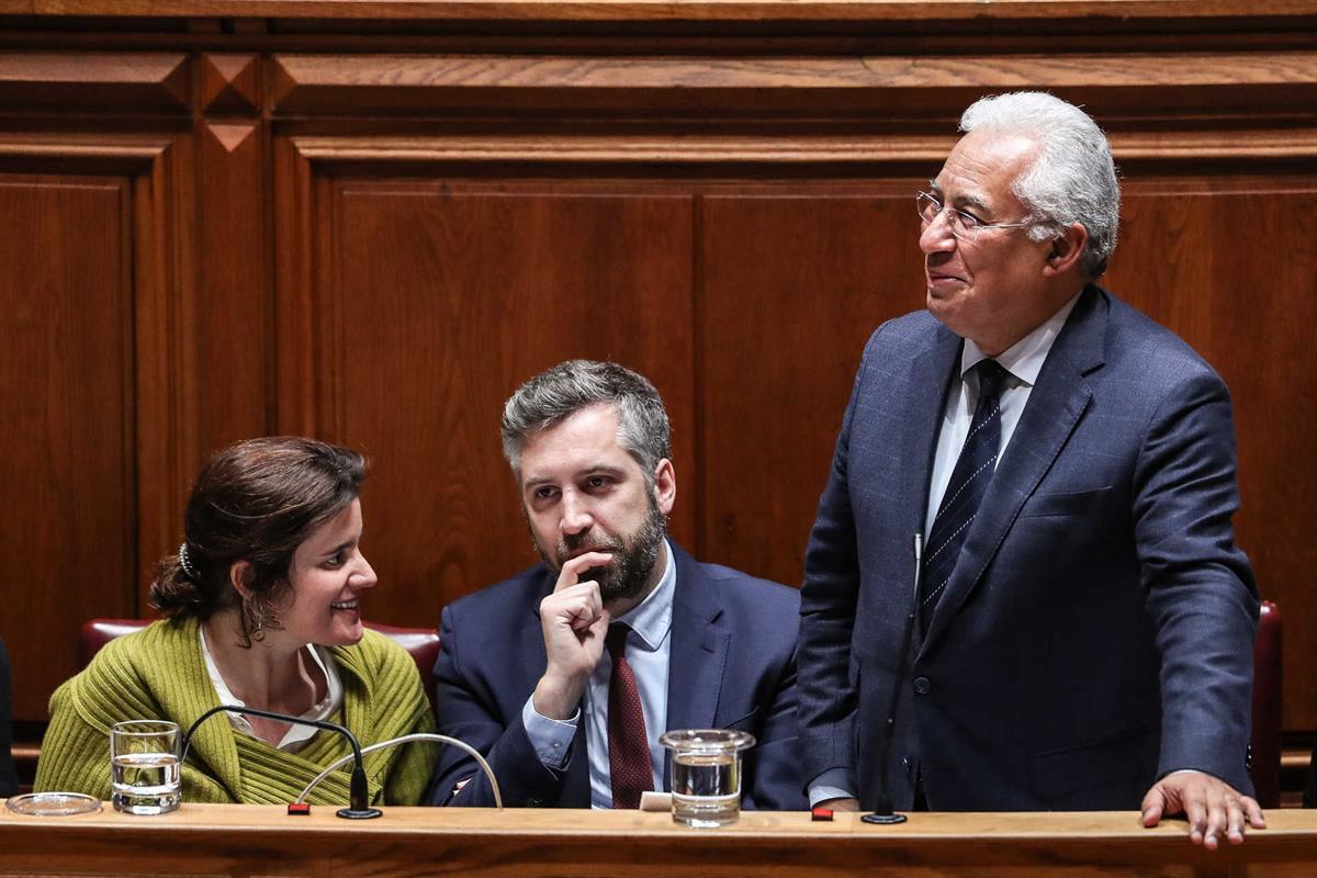 O primeiro-ministro, António Costa (D), acompanhado por dois dos novos ministros, Pedro Nuno Santos e