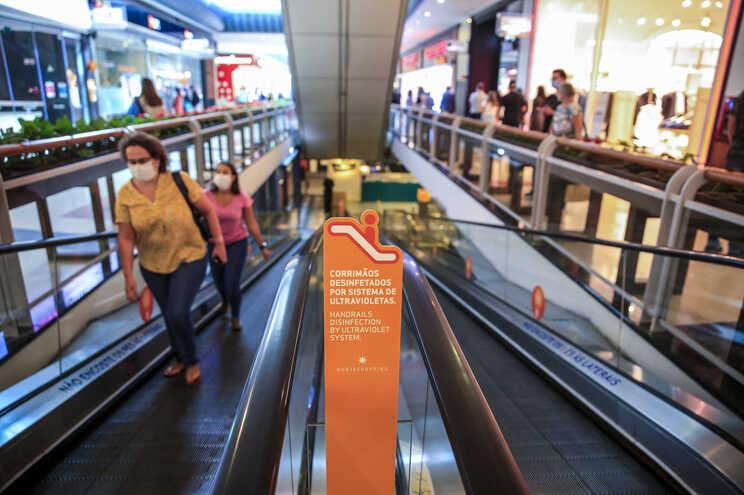 Centros comerciais reabrem com lotação limitada