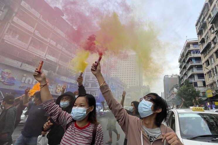 Apesar da repressão militar, a população continua a sair à rua contra o golpe de estado