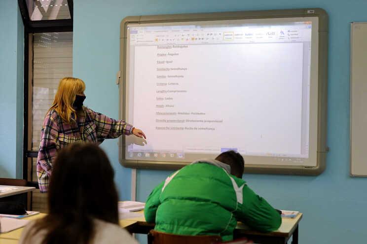 Um em cada quatro professores pertence a grupos de risco, diz sindicato