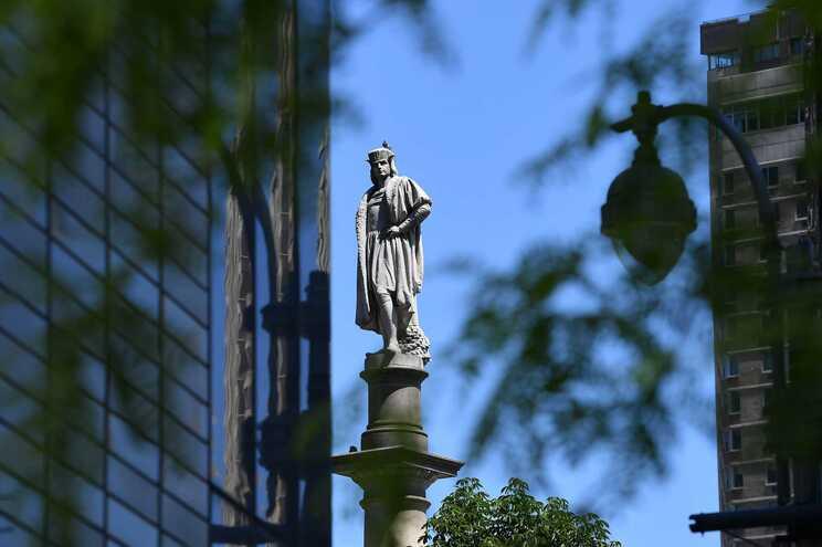 A estátua está no topo de uma coluna de 23 metros de altura, na praça Columbus Circle