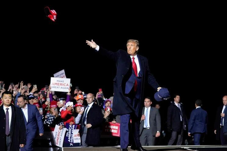 Trump atira bonés no comício de Duluth, no Minnesota, a 30 de setembro: já estaria infetado?