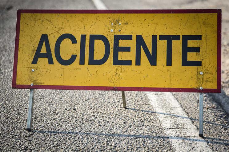 Mulher ferida em acidente de mota