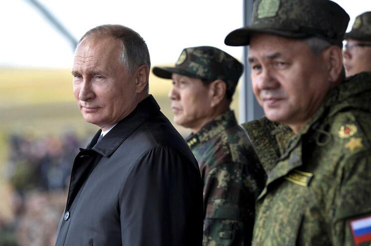 Presidente russo, Vladimir Putin, e ministro da Defesa, Sergei Shoigu