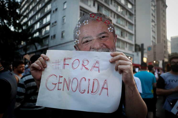 Manifestante com uma máscara de Lula da Silva protesta contra Bolsonaro em São Paulo