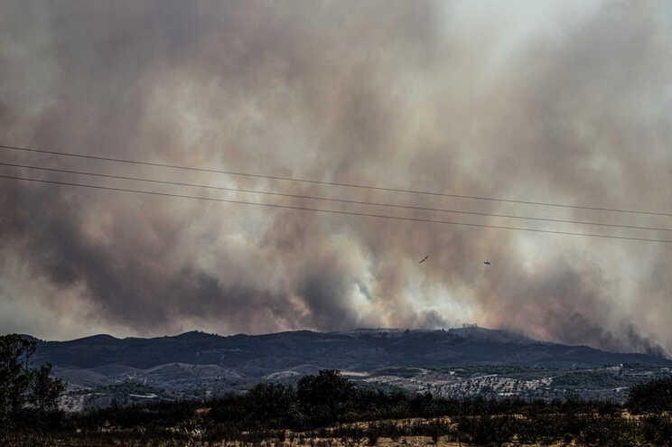 O fogo teve início cerca da 1 horas de segunda-feira em Perneira, freguesia de Odeleite