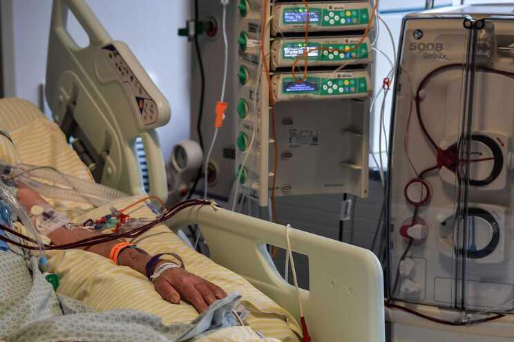 Pelo menos seis pessoas morreram asfixiadas, nas últimas 24 horas, por falta de oxigénio nos hospitais
