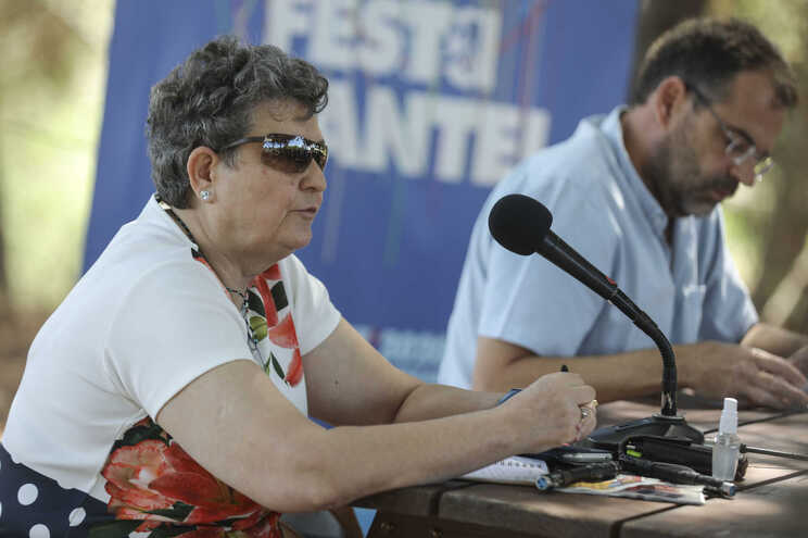 Madalena Santos, da Comissão de organização da Festa do Avante!, acompanhada pelo dirigente do comité