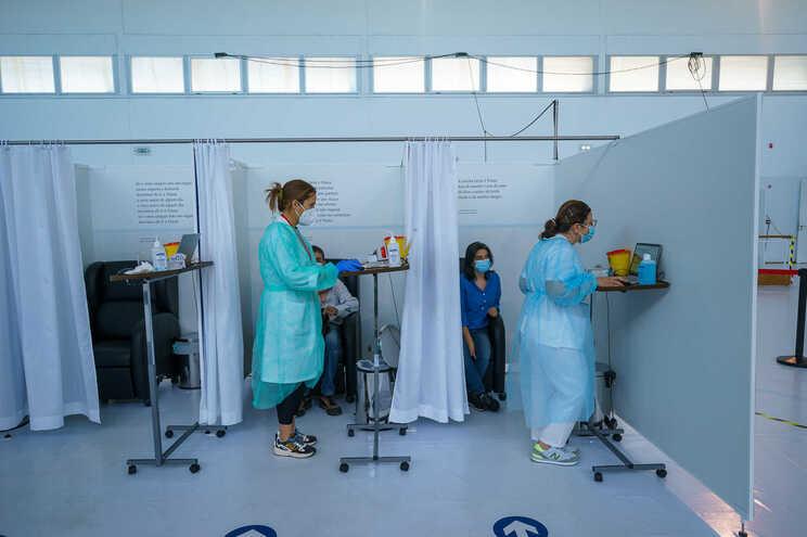 Há 45 mil docentes e não docentes por vacinar, segundo a Fenprof