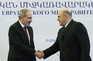 O primeiro-ministro arménio Nikol Pashinyan cumprimenta o primeiro-ministro russo Mikhail Mishustin
