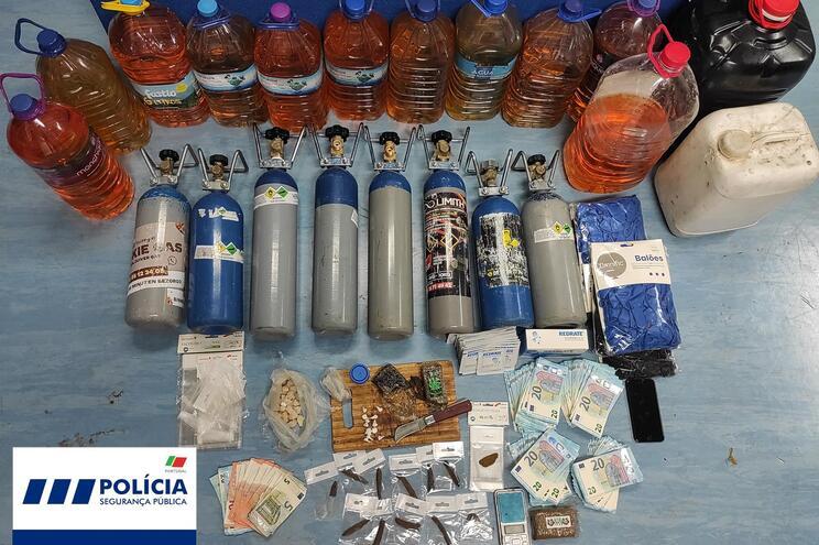 Polícia apreendeu droga e oito garrafas de óxido nitroso, entre outros artigos