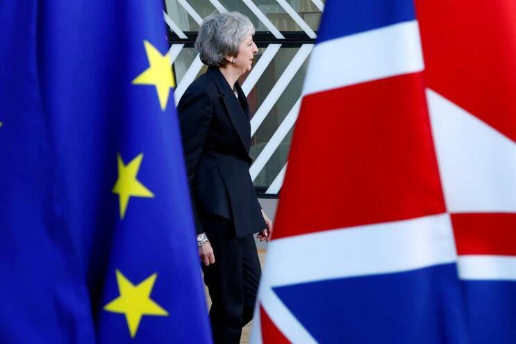 Governo britânico recua e torna gratuita candidaturas dos europeus a residentes