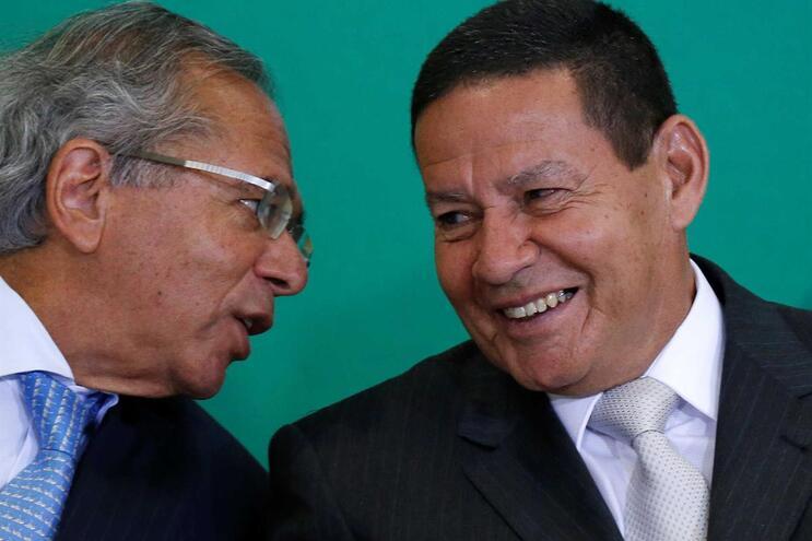 Antonio Rossell Mourão é filho do vice-presidente brasileiro, Hamilton Mourão (à direita na imagem)