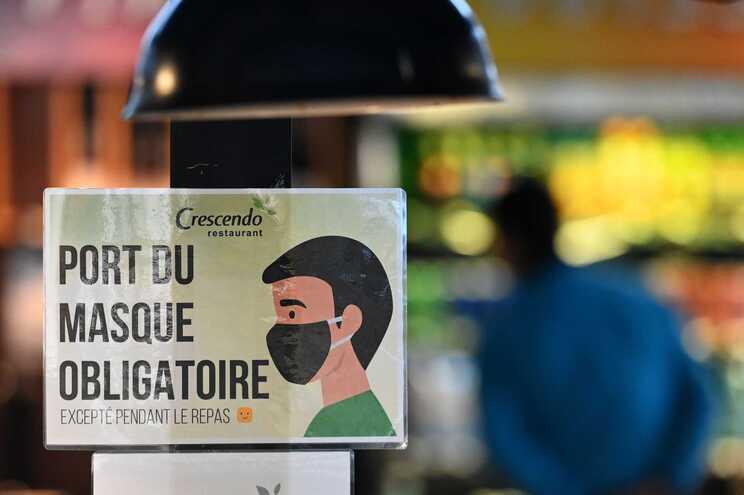 Sinal de obrigatoriedade de utilização de máscara em restaurante francês