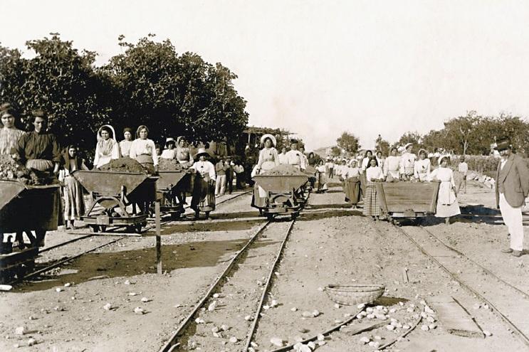 Aterro para a construção da avenida, em 1919. Primeira fotografia a ser oferecida