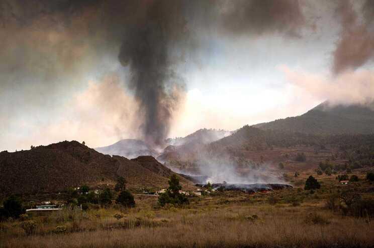 Vulcão Cumbre Vieja entrou em erupção no domingo