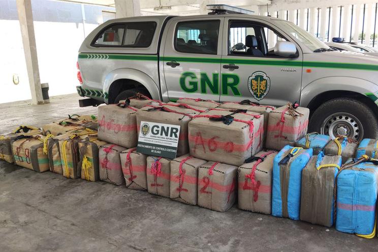 Militares da Guarda detetaram 40 fardos de haxixe a boiar