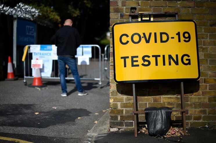 No domingo, o Reino Unido anunciou ter registado mais 3.899 novas infeções e 18 mortes de covid-19 nas