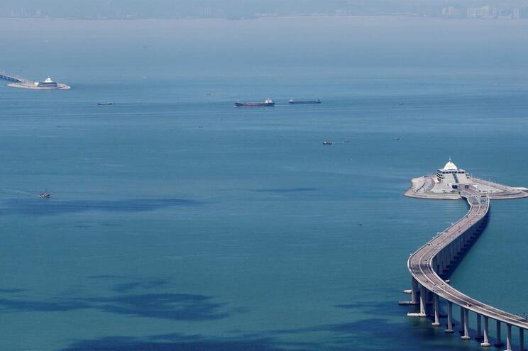 Ponte que liga Hong Kong, Zhuhai e Macau tem 55 quilómetros, incluindo um túnel subaquático