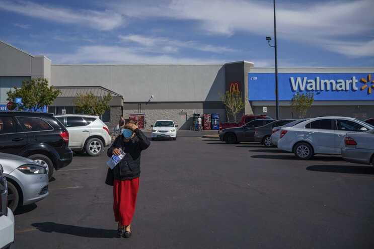 Walmart decidiu retirar temporariamente armas e munições das prateleiras das suas lojas