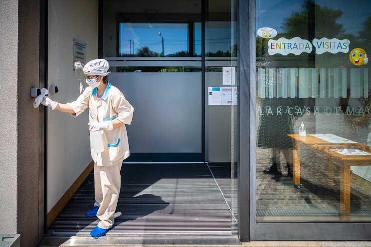 Maioria dos lares já estão a receber pedidos de informação das unidades de saúde sobre os utentes e profissionais