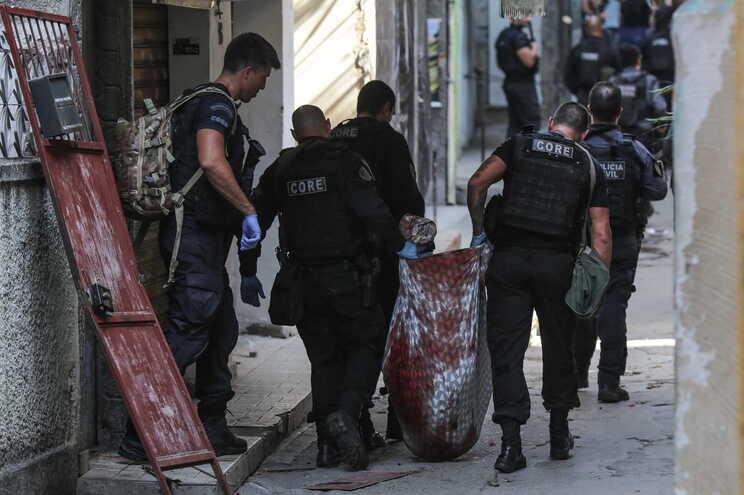 25 pessoas morreram, incluindo um polícia, em sequência de uma operação em favela