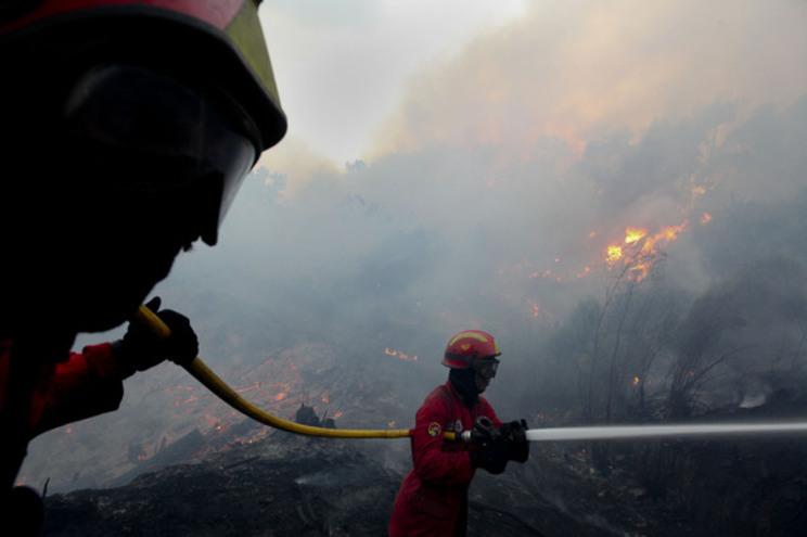 """O fogo lavra """"numa zona de montanhas, de difícil acesso, com duas frentes ativas"""""""