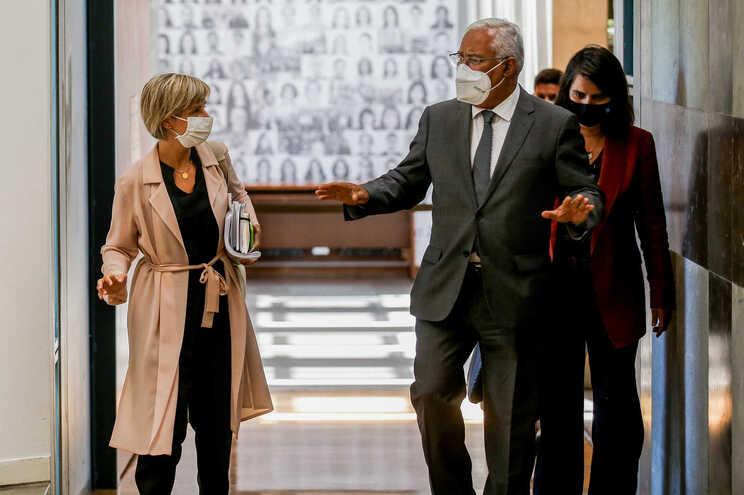 A ministra da Saúde, Marta Temido (E), e o primeiro-ministro, António Costa