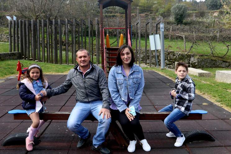 Joel Castela e Patrícia Moreira com os filhos Bruna e Duarte, ambos a frequentar a terapia da fala