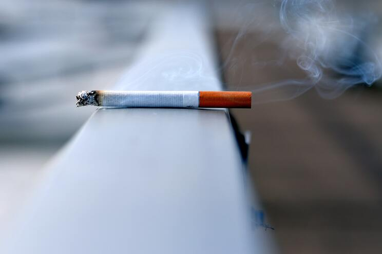 Fumo deixa resíduos cancerígenos nas divisões, que mais tarde voltam a reagir com o ar produzindo substâncias