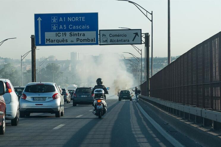 Um carro incendiou-se, esta manhã, na Ponte 25 de Abril