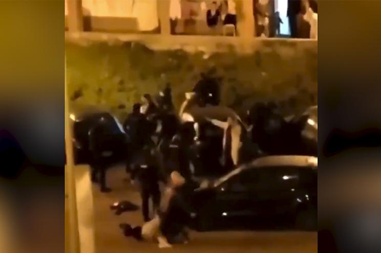 PSP atacada com pedras, garrafas e troncos de madeira disparou shotgun para dispersar 30 pessoas