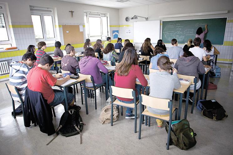 Faltam professores em mais de duas mil turmas no país